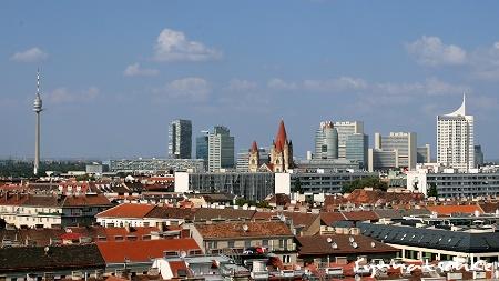 Blick auf die Donaucity und den Donauturm vom Blumenrad im Wiener Prater