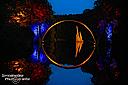 Bei der Rakotzbrücke ist mir die schwarze Variante lieber als das Foto von der Blauen Stunde, da sich die Spiegelung des Bogens - auch von Aufnahmen unmittelbar in Bodenhöhe - leider nicht symmetrisch in den dunklen Bereich in der Mitte bringen ließ.