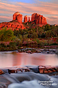 Blick auf den berühmten Cathedral Rock vom Red Rock Crossing in der Crescent Moon Picnic Area in Sedona nach Sonnenuntergang.