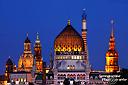 Dresden nach Sonnenuntergang, wenn die Türme der Stadt näher zusammen rücken und im goldenen Licht erstrahlen. Von links nach rechts: Sächsisches Ständehaus, Frauenkirche, Hofkirche, Yenidze, Hausmannsturm  (aufgenommen im Ostragehege)