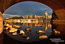 Blick auf die Stadtsilhouette von Dresden durch die Bögen der Augustusbrücke