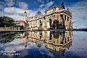 Die Bruehlsche Terrasse in Dresden aus einer etwas anderen Perspektive - Blick mit Spiegelung auf die Frauenkirche, Zitronenpresse und Kunstakademie
