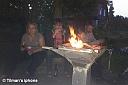 Danach verbrachten wir den Abend rund um das Lagerfeuer. Selbst unser kleiner Feuerwehrmann war sehr spät noch auf! Einige der Anwesenden hielten erstaunlich lange den Mücken stand. Vermutlich nicht zuletzt wegen der unterschiedlichen Biersorten und des zahlreichen Baileys und Rotkäppchensekts, auch wenn gegen Ende die Glut unsere stilechten Gläser konsumierte... ;-)