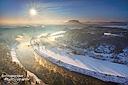 Panoramablick von der Basteiaussicht über das winterliche, leicht neblige Elbtal