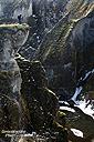 Gleiches gilt auch für der/die/das (unaussprechliche...) Fjadrargljufur, aber der Canyon war wenigstens frisch verschneit und sah somit an manchen Stellen doch recht interessant aus. Hier steht Isa mit ihrem Stativ am Rand der bis zu 100 m tiefen Schlucht.
