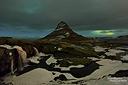 Beim Kirkjufell waren die Polarlichter so stark, dass man sie selbst durch die dichte Bewölkung durchschimmern sah. Dieser Schnappschuss hat keinen Farbstich, sondern spiegelt in etwa den unglaublichen Himmel in dieser Nacht wider. Rechts oben erkennt man auch noch die rötliche Lichtverschmutzung durch die kleine Ortschaft Grundarfjordur.