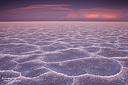 Nach Sonnenuntergang auf den Bonneville Salt Flats in Richtung Osten mit Gewitterwolken