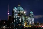 Kurz nach Sonnenuntergang zwischen 19 Uhr und Mitternacht wurden beim Festival of Lights die schönsten Gebäude Berlins bunt angestrahlt; hier der Berliner Dom und Fernsehturm mit aufgehendem Vollmond.