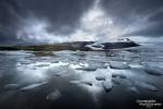 Gletscherlagune mit Eisbergen in Island, immer wieder ein faszinierender Anblick und ganz besonders nach stundenlangem Dauerregen, wenn sich dann das erste Wolkenloch am Himmel zeigt.