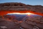 Sonnenaufgang am Mesa Arch im Canyonlands National Park; Technische Daten: 1/8 s bei f/16, ISO 200; Canon EF 16-35mm 1:2,8 L II USM bei 22 mm, Canon EOS 5D Mark II