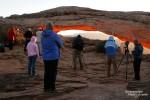 Fotografen am Mesa Arch - so entspannt wie 2006 geht es zum Sonnenaufgang mittlerweile nicht mal mehr im Winter zu…