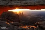 Mesa Arch Sonnenaufgang Mitte April mit der Sonne direkt hinter dem Washer Woman und Monster Tower