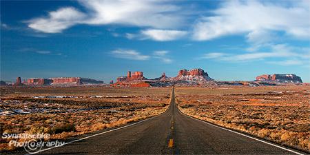 Der ausgesprochen fotogene Abschnitt des Hwy. 163 zwischen Mexican Hat und dem Monument Valley.