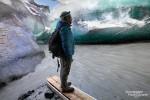 Ein etwas frustierter Blick in die Crystal Ice Cave beim Vatnajökull im Südosten Islands: Der Gletscherfluss war dort über Nacht so angeschwollen, da waren selbst das Boot und das Seil, mit denen Besucher normalerweise sicher auf die andere Uferseite und ins Innere der Höhle kommen, keine Hilfe.