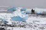 Der Eisbergstrand gleich neben der berühmten Gletscherlagunge Jökulsarlon war dieses Mal immer für eine Überraschung gut. So herrliche Sonnenaufgänge wie im letzten März gab es nicht, aber zwischendurch dafür etwas frischen Schnee auf dem schwarzen Sand und den blauen Eisbergen - das hatte auch was!