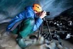 Das Fotografieren kann in Island recht ungemütlich werden, selbst in Eishöhlen im Schutz vor Wind und Wetter. In den eisigen Gletscherflüssen sind Gummistiefel oder noch besser Neoprenwathosen wirklich Gold wert!