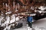 Löcher im Erdboden üben sowieso eine magische Anziehungskraft auf Steffen aus. Kaum sieht er eines, schon muss er da auch hineinkriechen... Hier der glückliche Höhlenforscher nach einer erfolgreichen Besichtigung umgeben von farbenprächtigem Lavagestein und zahlreichen Eiszapfen. ;-)