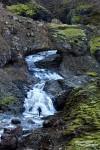 Und immer wieder reizte uns das Unbekannte. Den Ofaerufoss, jenen legendären Wasserfall mit Felsbogen bei der Feuerschlucht Eldgja im isländischen Hochland, durften wir leider nicht mehr erleben, er stürzte Anfang der 90er Jahre ein. Aber wenn man sucht, findet man auf Island noch immer Felsbögen, durch die das Wasser fließt. Beeindruckend groß sind einige davon obendrein (hier ein Größenvergleich mit Steffen). :-)