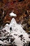Das Tolle an Island ist, dass vieles in der Nähe von Straßen liegt und wenn das Wetter im Winter mal nicht mitspielt, dann verkriecht man sich halt in einer Eis- oder Lavahöhle. Richtig beeindruckend waren dort drinnen die großen, weißen Zuckerberge umgeben von rotbraunem, orange- und lilafarbenem Lavagestein!