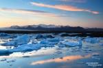Hier der Blick über die Eisberge der Fjallsarlon in Richtung Nordosten, wo sich nur wenige Kilometer hinter den Geröllhügeln die berühmte Jökulsarlon Gletscherlagune versteckt.