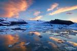 Herrlich schön war es bei der Fjallsarlon Gletscherlagune auch Ende Juni, wenn die Mitternachtssonne für einen stundenlangen Zauber am Himmerl und fantastische Spiegelungen sorgt.