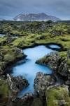 Mancherorts ist das Moos aber auch selbst im Winter unglaublich grün wie z.B. bei diesem kleinen blauen Gewässer, das uns noch viel besser als die große, berühmte Blaue Lagune gefiel.