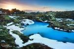 Und auf den moosüberzogenen Lavasteinen rund um die Blaue Lagune tummeln sich am Horizont manchmal ganze Trollfamilien .