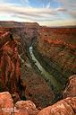 Ein beeindruckender Blick auf den Colorado River eröffnet sich vom Toroweap Point im westlichen Grand Canyon Nationalparks in Arizona.