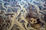 Surreale Muster in einem Gletscherfluss in Island