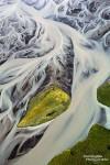 Luftaufnahme eines Gletscherflusses in Island