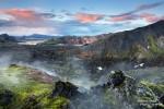 Zwischendurch schien in Landmannalaugar sogar die Sonne und es wurde richtig warm. Und auch um Mitternacht verfärbte sie kurz die Wolken oberhalb der Vulkane.