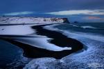 Auch im Winter kann die Südküste Island äußerst reizvoll sein, hier die schwarzen Lavastrände bei Vik gesehen von der Dyrholaey Halbinsel.