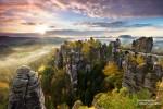 Bastei in der Sächsischen Schweiz zum Sonnenaufgang im Herbst