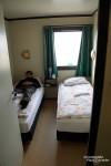 Und das möchten wir Euch auch nicht vorenthalten: ein Foto vom einzigen Hotelzimmer, dass wir dieses Mal storniert haben. Wie man vielleicht schon erahnen kann, waren wir nicht gerade unglücklich darüber... 130 (!) Euro und soviel *Komfort*... Diese Aufnahme stammt noch vom letzten Herbst. Nicht mal der Koffer hatte mehr Platz im Zimmer und das shared bathroom war auch eines der grauslichsten auf ganz Island. Mit dem Hrauneyar Guesthouse werden wir uns wohl nie anfreunden können, es ist aber leider das einzige Quartier weit und breit bei Landmannalaugar.
