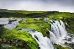 Einige Furten in Island sind aber weit harmloser, als sie auf ersten Blick aussehen. Hier fährt Steffen gerade über einen hübschen Wasserfall.