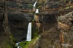 ...oder in Form von mehrstufigen Wasserfällen von den steilen, bunten Klippen; ein Suchbild mit Isa übrigens… ;-)