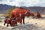 Etliche der Skulpturen in Borrego Springs stellen Tiere dar, die auch heute noch durch die nordamerikanischen Wüsten streifen wie z.B. diese Peccaries (Wildschweine).