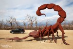Unser kleiner Midsize SUV bedroht von einem Riesenskorpion - eine der tollen Metallskulpturen auf den Galleta Meadow Estates in Borrego Springs, die auch im Sommer Besucher in diese trostlose Gegend locken sollen.