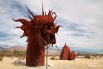 Das riesige Seeungetüm *Serpent* windet sich beidseitig der Borrego Springs Road aus dem sandigen Wüstenboden.