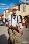 Es darf losgehen, der Gangster beim Shoot-Out in Oatman zückt schon mal die Waffe...