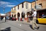 Es knallt und raucht beim Shoot-Out in Oatman - links der Sheriff, rechts der Bösewicht, der gerade die Bank überfallen hat.