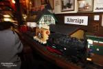 Anderorts bringt der Kellner die Getränke, im Alten Bahnhof in Burg ist es die Modelleisenbahn.