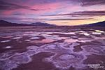 Salzflächen im Death Valley nach Sonnenuntergang - Foto aus dem letzten Winter, jetzt befinden sie sich komplett unter Wasser