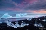 Entgegen der geläufigen Meinung ist es in Island (ICELAND) nicht eisig kalt, an manchen Wintertagen ksann es an der Südküste durchaus wärmer sein als in Mitteleuropa. Der späte Winter ist auch die beste Jahreszeit für den Besuch des Eisstrandes bei der Jökulsarlon Gletscherlagune.