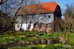 Das typisches Umgebindehaus in Obercunnersdorf, die oberen Stockwerke sind dort meist schön verziert mit Verschieferungen und grau-weißen Mustern.