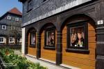 Hier sieht man die typischen Merkmale der Umgebindehäuser mit dem blockhartigen Erdgeschoss und den davor befindlichen Holzbögen und Stützpfeilern.
