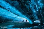 Die Northern Lights Cave unter dem Vatnajökull während unserer Eishöhlen-Tour im März 2015; absichtlich mit ein paar Personen als Größenvergleich