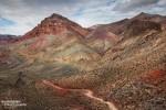 Das Gestein und der Lehm in den Grapevine Mountains erinnerte uns an manchen Stellen an das Candyland entlang der Cottonwood Canyon Road. Dass die Sonne immer wieder hinter Wolken verschwand sorgte dafür, dass die unterschiedlichen Farbtöne noch besser zur Geltung kamen.