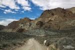 Die Titus Canyon Road führt als Einbahn durch die Grapevine Mountains hinein in das Death Valley. Hier im Bild der Anfangsbereich, wie die Strecke langsam kurvenreicher wird.