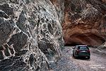 Wer schon immer durch einen Slot Canyon fahren wollte, der ist im Titus Canyon genau richtig. Nicht nur die ganz engen Passagen haben uns begeistert, sondern auch das Gestein - meist schräg und wild übereinander gefaltet oder wie hier an dieser Wand von Breccia durchzogen.